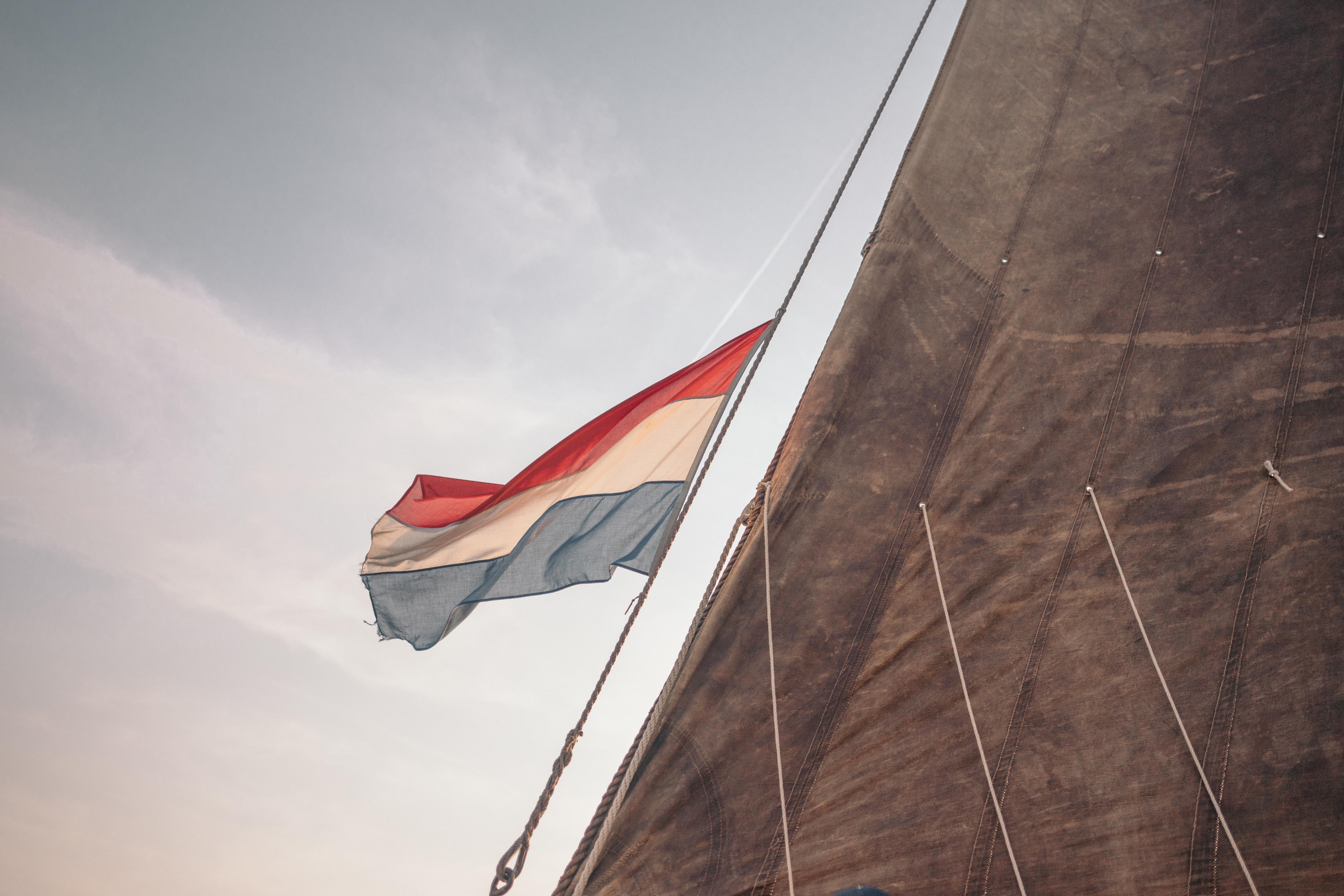 Nederlandse vlag aan kraanlijn